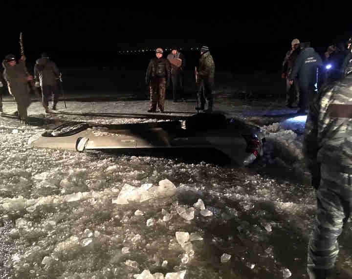 ВАстраханской области изводы извлечены тела 2-х мужчин утонувших вмашине