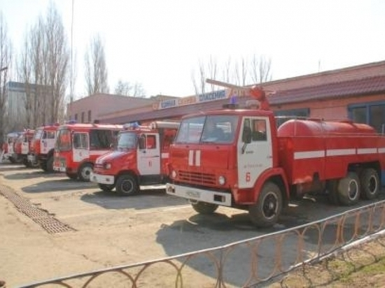 Спасатели ночью вызволяли астраханцев из горящих зданий