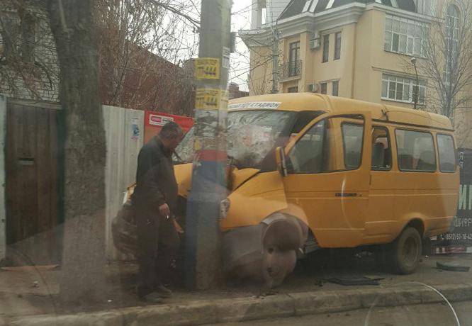 ВАстрахани маршрутка врезалась встолб: пострадали 4 человека