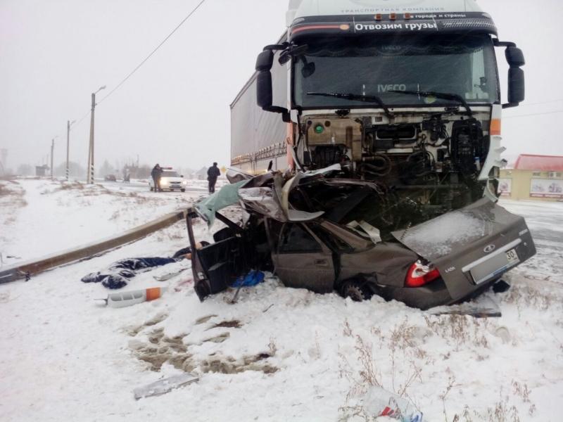 ВАстраханской области враздавленной фургоном легковушке погибли все